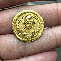 Tìm thấy tiền vàng 1.600 năm tuổi khắc chân dung hoàng đế La mã cổ đại