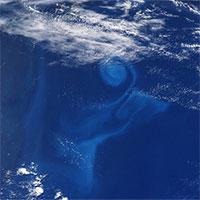 Xoáy nước giữa đại dương nhìn từ vũ trụ