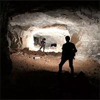 Phát hiện hệ thống hầm mỏ bí ẩn bên dưới hố tử thần sâu hun hút giữa khu phố