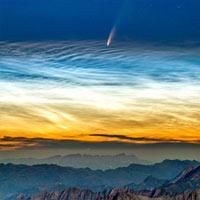 Ảnh chụp sao chổi xuất hiện cùng lúc với mây dạ quang