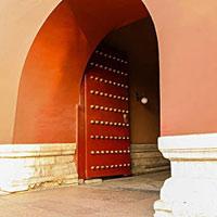 Tại sao các cổng thành đều mở vào bên trong mà không mở ra ngoài?