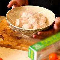 Màng bọc thực phẩm chứa độc chất, tránh cách nào?