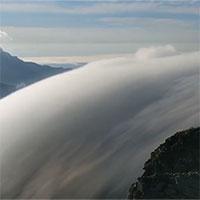 Video: Mây bay như thác nước chảy ngược trên đỉnh núi