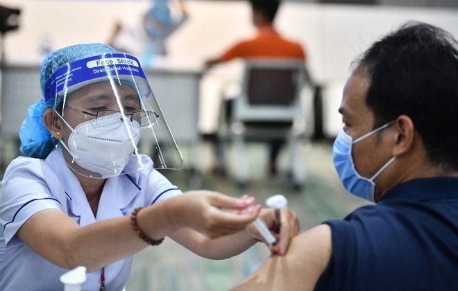 Một nhân viên làm việc tại Khu Công nghệ cao ở TP.HCM được tiêm chủng vaccine Covid-19