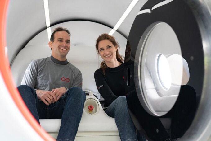 Sara Lucian và Josh Giegel trở thành những người đầu tiên đi bộ trên Hyperloop.