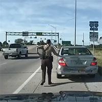 Tại sao cảnh sát Mỹ chạm tay vào đuôi ôtô khi dừng xe vi phạm?