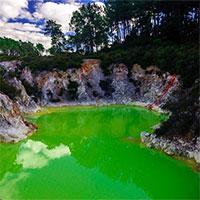 """Kỳ lạ vùng nước xanh lá cây được mệnh danh là """"phòng tắm của quỷ"""""""