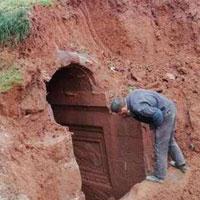 Phát hiện mộ cổ 2.000 năm, giật mình sinh vật sống bên trong bò ra
