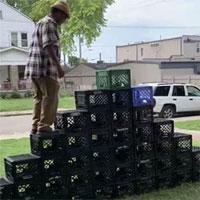Leo thùng nhựa - thử thách nguy hiểm đang gây chấn thương sứt đầu mẻ trán trên TikTok, Twitter