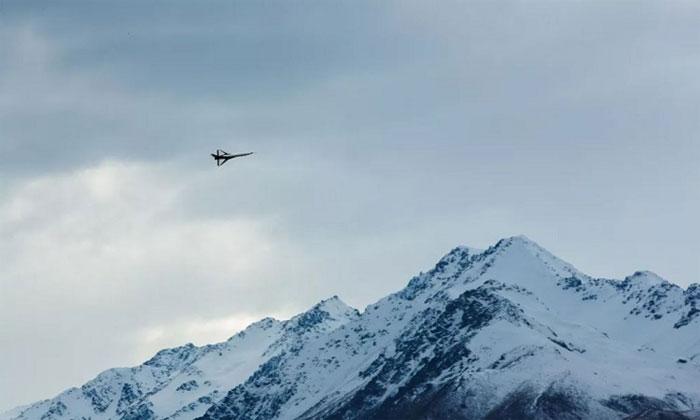 Máy bay vũ trụ của Dawn cất cánh từ đường băng và bay thử phía trên đảo Nam, New Zealand.