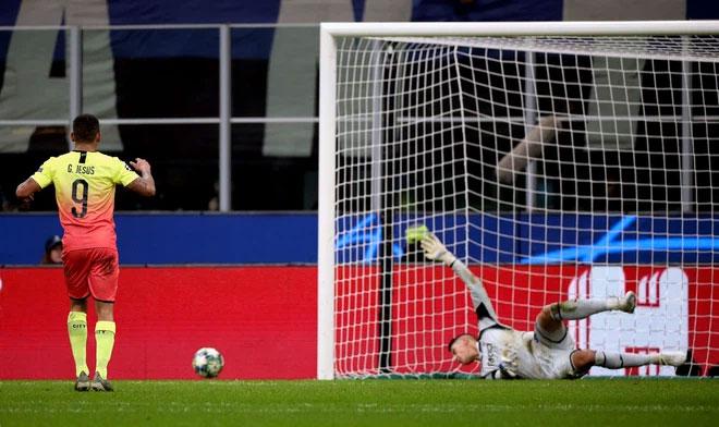 """Sút bóng ra ngoài gôn trong loạt đá penalty là một trong nhiều biểu hiện của """"cóng"""" trên người."""