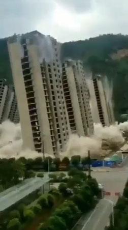 Một dãy 15 tòa nhà sụp đổ trong chớp mắt.