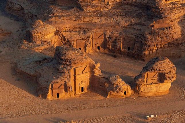 Những ngôi mộ tại đây được xây từ đá sa thạch và có rất nhiều hình chạm khắc tinh xảo.