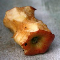 Tại sao những miếng táo chuyển màu nâu sau khi cắt?
