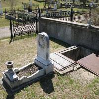 Ẩn tình phía sau ngôi mộ 150 năm tuổi có cánh cửa và cầu thang dẫn xuống tận quan tài