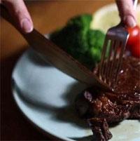 Loại dao gỗ dùng cắt bít tết sắc gấp 3 lần dao thép