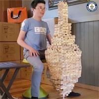 Video: Cậu bé 12 tuổi lập kỷ lục cân bằng 1.400 khối gỗ